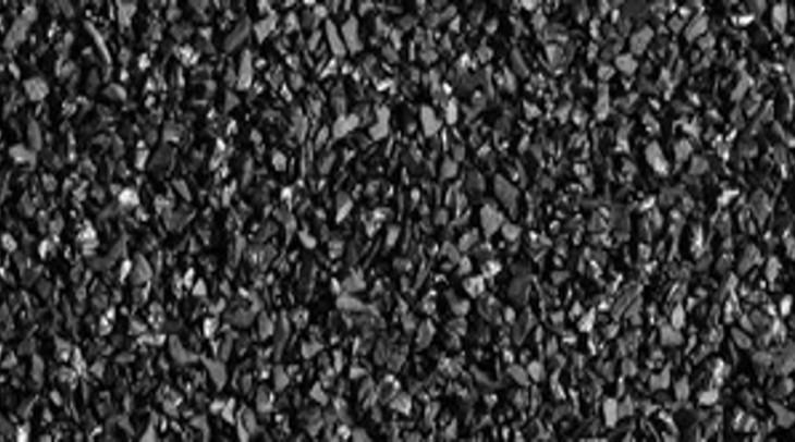 Aktivní uhlí: černý zachránce, který zatočí i s akné